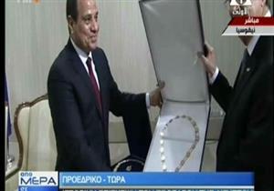 """الرئيس القبرصي يمنح السيسي قلادة """"مكاريوس الثالث""""- فيديو"""