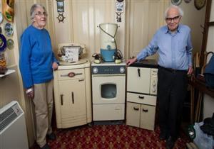 بالصور.. زوجان يتخليان عن أجهزة إلكترونية عمرها 50 عاماً