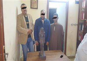 القبض على أمين شرطة مفصول وعاطلين عرضوا تمثالاً أثرياً للبيع