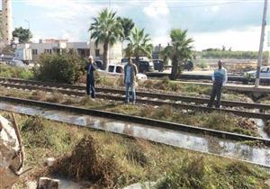 """""""أغرقت السكة الحديد"""".. إصلاح كسر بماسورة مياه شرب في الإسكندرية (صور)"""