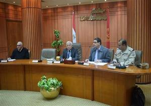 محافظ بورسعيد يبدأ المجلس التنفيذي بدقيقة حداد.. ويقدم كشف حساب عن عامين