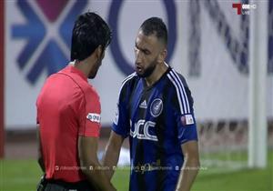 احتفال لاعب مع الحكم بالدوري القطري