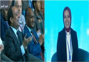 """السيسي ممازحًا محاورة المنتدى: """"أنتي اللي أخدتيني من الباب على طول""""-فيديو"""