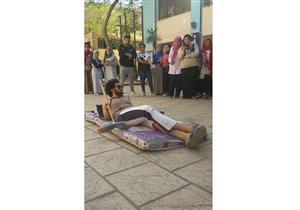 """جامعة عين شمس ترد على تداول صور لطالب يحتج على المصروفات بـ""""المرتبة والشبشب"""""""