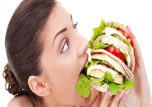 هل تتبع إحداها؟.. 8 عادات تجعلك جائعًا بشكل دائم