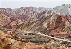 """بالفيديو والصور: جبال """"قوس قزح"""" الملونة بالصين.. ما أعظم خلقك يا الله!"""