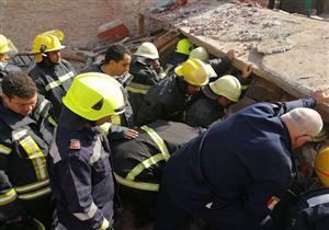 بالصور..انهيار عقار بروض الفرج.. واستخراج 7 أشخاص من تحت الأنقاض بينهم جثتان