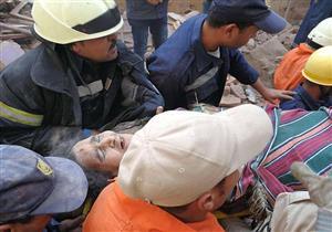 بالصور.. إنقاذ عجوز وابنها من تحت أنقاض عقار روض الفرج