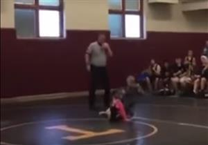 """بالفيديو: طفل يدخل إلى حلبة المصارعة لإنقاذ أخته..""""أفتكرها بتتخانق"""""""