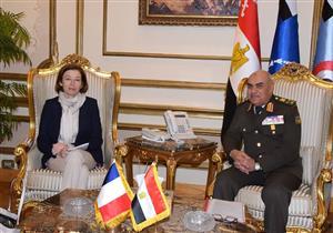 وزير الدفاع ونظيرته الفرنسية يتفقدان إحدى القواعد الجوية