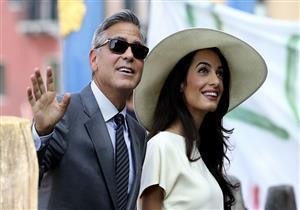 جورج كلوني وزوجته يفاجآن ركاب الطائرة بهدية غير متوقعة