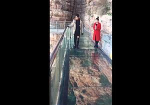 صيني يتعرض لموقف مرعب على جسر زجاجي (فيديو)