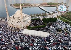 ما حكم الصلاة خارج المسجد عند امتلائه أمام الإمام، والائتمان بالمسبوق؟
