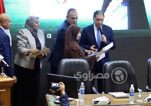 وزير الصحة يكرم رائدة تنظيم الأسرة بقرية بئر العبد - صور وفيديو