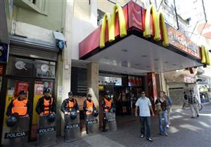 """""""ماكدونالدز"""" تعتذر عن مطالبة مسلمة بخلع حجابها بلندن"""