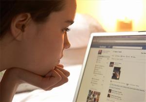 """دراسة: ابنك مدمن """"فيسبوك"""" و""""موبايل"""".. السبب """"وراثي"""""""