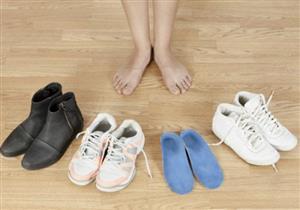 أبرزها نتوءات الكعب.. إليك أضرار ارتداء الأحذية الضيقة على القدم