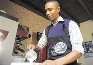 بالصور.. كفيف يعمل في مقهى ويصنع القهوة بالسمع