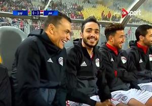 محمود كهربا يداعب الكاميرا في مباراة مصر وتوجو