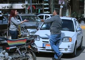 رد فعل مواطنين ضد سائق تاكسي عامل فتاة بشكل غير لائق- فيديو