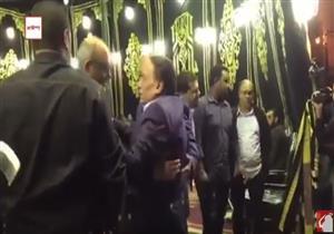بالفيديو - لحظة وصول عادل إمام إلى عزاء والدة المخرج شريف عرفة