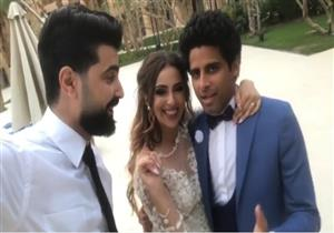 بالفيديو - حمدي المرغني يحرج إسراء عبد الفتاح خلال فيديو جمعهما بمصور الحفل