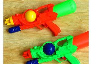 مسدس الألعاب قد يؤذي أذن طفلك!