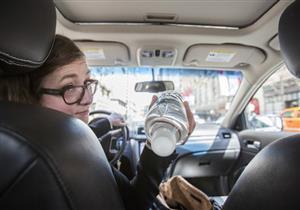 زجاجات المياه والهواتف وغيرهما.. أشياء تتحول لمقذوفات قاتلة داخل السيارة