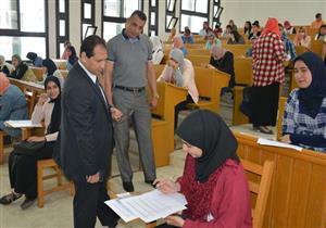بالصور.. رئيس جامعة بورسعيد يتفقد امتحانات الفصل الثاني بكلية التجارة