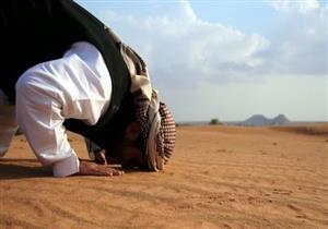 هل يجوز الصلاة على الأرض بدون سجادة؟