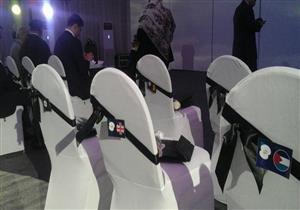 وضع أعلام دول ضحايا الطائرة المنكوبة على مقاعد صالة التأبين بالطيران المدني- صور
