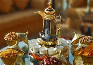 """""""هز الفنجان"""" و""""صبة الحشمة"""".. تعرف على عادات تناول القهوة العربية"""