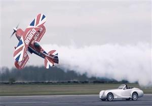 سباق بين سيارة مورجان وطائرة شراعية.. فيديو وصور