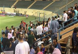بالفيديو.. أزمة في مباراة الداخلية والزمالك بعد تطاول أحد المشجعين