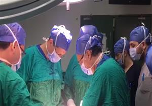 وزير الصحة يجري عملية جراحة لمصابين في حادث المنيا