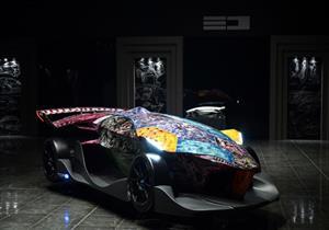 بالصور - فنانة سعودية ترسم على أحدث سيارة سباقات في العالم