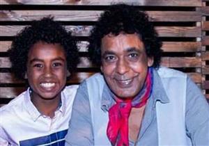 """بالفيديو والصور- من هو طفل """"واحة الغروب"""" الذي يهتم به محمد منير؟"""