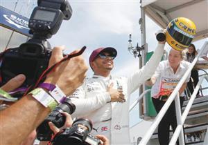 جائزة غير متوقعة لهاملتون بعد فوزه بسباق الجائزة الكبرى في كندا.. فيديو