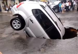 بالفيديو.. هبوط أرضي مفاجئ يبتلع سيارة SUV