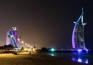 بالصور..دبي تخصص أول شاطئ للسباحة الليلية في العالم