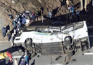 """بالفيديو.. سيارة """"طائرة"""" تحطم حافلة نقل ركاب وتقتل سائقها في اليابان"""