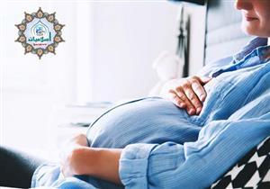 زوجتي حامل وقد منعها الطبيب من الصيام، فهل عليها كفارة أو فدية؟