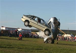 حادث تصادم سيارة يتسبب في طيران ركابها