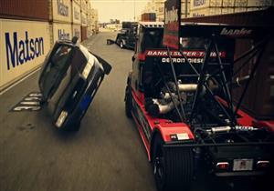 شاهد تحدي مهارات القيادة بين شاحنة ضخمة وسيارة سباقات