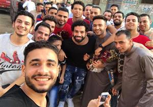 بالصور.. محمد صلاح يؤدي صلاة العيد في مسقط رأسه