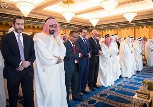 الملك سلمان وولي عهده يؤديان صلاة عيد الفطر بالمسجد الحرام