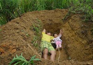 بالصور- حفر قبرها بيده.. قصة مؤثرة لأب وابنته المصابة بمرض نادر