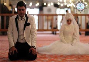 هل تُعد إمامة الرجل لزوجته صلاة جماعة؟