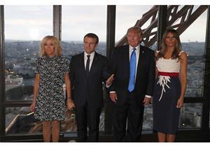 """بالصور- من الأكثر أناقة؟.. الذوق الأمريكي ل""""ميلانيا"""" أم الفرنسي ل""""بريجيت"""""""