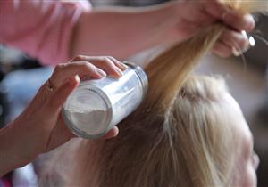 طريقة صنع الشامبو الجاف.. للحفاظ على شعرك مدة أطول دون غسل
